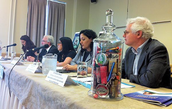 Les produits du tabac aux saveurs sucrées et fruitées, ça suffit, ont répété (de gauche à droite) Kate Connor, maman de quatre enfants; Gaston Rioux, de la Fédération des comités de parents du Québec; la Dre Pascale Hamel, de l'Association des pédiatres du Québec, Flory Doucas, de la Coalition pour le contrôle du tabac et Dr Richard Massé, de l'Agence de santé et de services sociaux de Montréal.