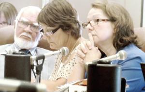 Trois députés du Parti Québécois attentifs aux témoignages lors de la commission parlementaire: Roland Richer, Diane Gadoury-Hamelin et Suzanne Proulx.