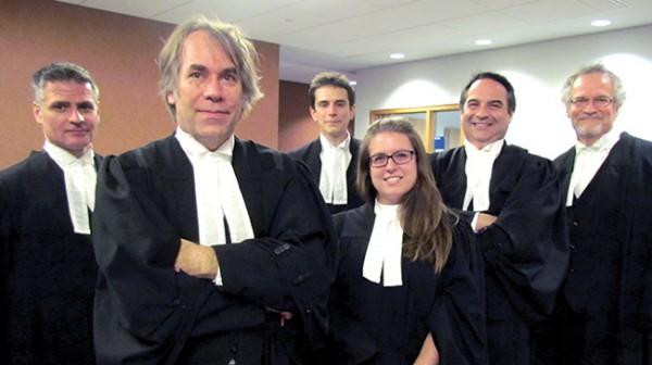 Les avocats qui représentent les victimes de l'industrie du tabac proviennent de quatre cabinets différents : Lauzon Bélanger Lespérance, Trudel et Johnson , De Granpré Chait, Trudel & Johnston et Kugler Kandestin.