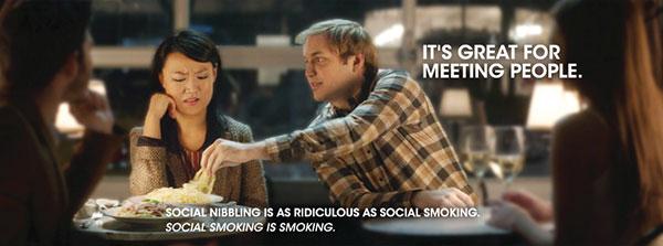 La campagne du gouvernement ontarien Quit the Denial explique que « le tabagisme social est aussi ridicule que des flatulences sociales » et que piquer de la nourriture dans l'assiette d'un autre -- à l'image d'une cigarette piquée dans le paquet d'un ami -- est « une excellente façon de rencontrer des gens »