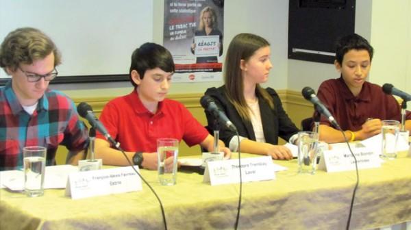 François-Alexis Favreau, Théodore Tremblay, Marianne Blondin et Outhmane Muftisada ont dénoncé les manoeuvres de l'industrie du tabac lors de la Semaine québécoise pour un avenir sans tabac.