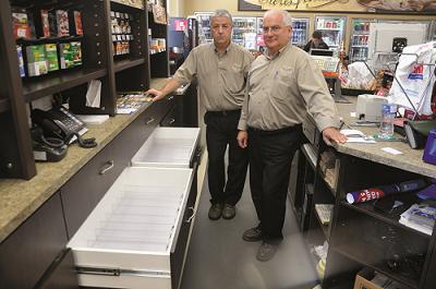Clément Lévesque et Alcide Lagacé ont cessé en juin 2014 de vendre du tabac dans leur épicerie. Photo : courtoisie du Rimouskois – Rimouski
