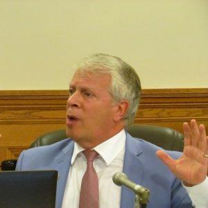 Tous les partis de l'Assemblée nationale sont d'accord pour renforcer la Loi sur le tabac. Ici, François Paradis, député de la Coalition avenir Québec, questionne vigoureusement un représentant de l'industrie du tabac.