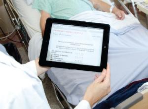 Les professionnels de la santé de l'Institut universitaire de cardiologie et de pneumologie de Québec utilisent une tablette numérique lors de leurs interventions en cessation tabagique.