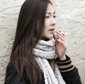 Jeune fumeuse
