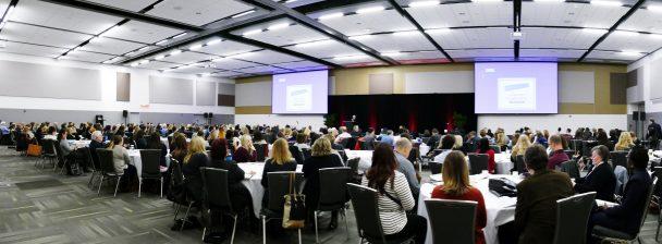 Salle de conférence remplie de gens