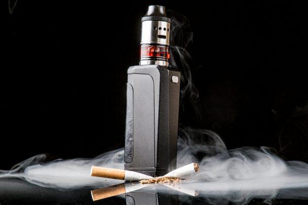 Vapoteuse écrase une cigarette