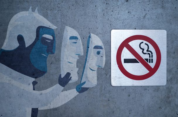 Homme retirant un masque et logo antitabac