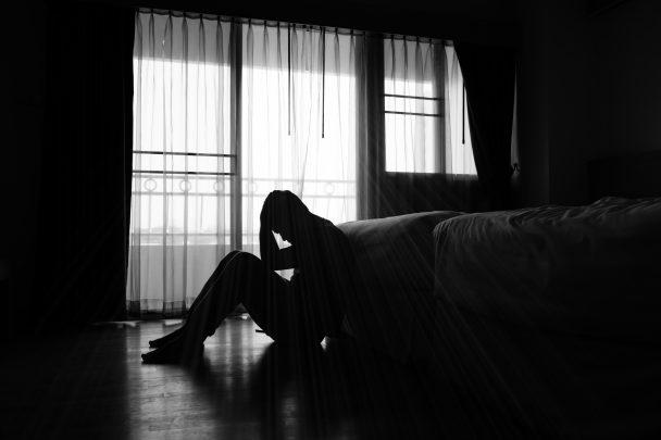 Homme assis détresse psychologique dans une chambre
